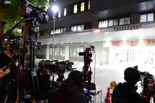 大麻取締法違反の罪で起訴された俳優の伊勢谷被告の保釈のため東京湾岸署には大勢の報道陣が詰め掛けた(撮影・小沢裕)
