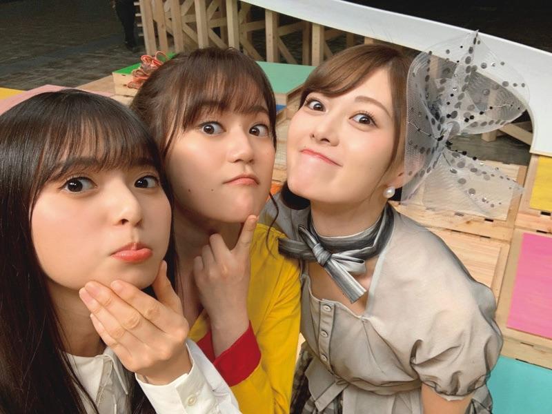 変顔をする乃木坂46(左から)齋藤飛鳥、生田絵梨花、白石麻衣