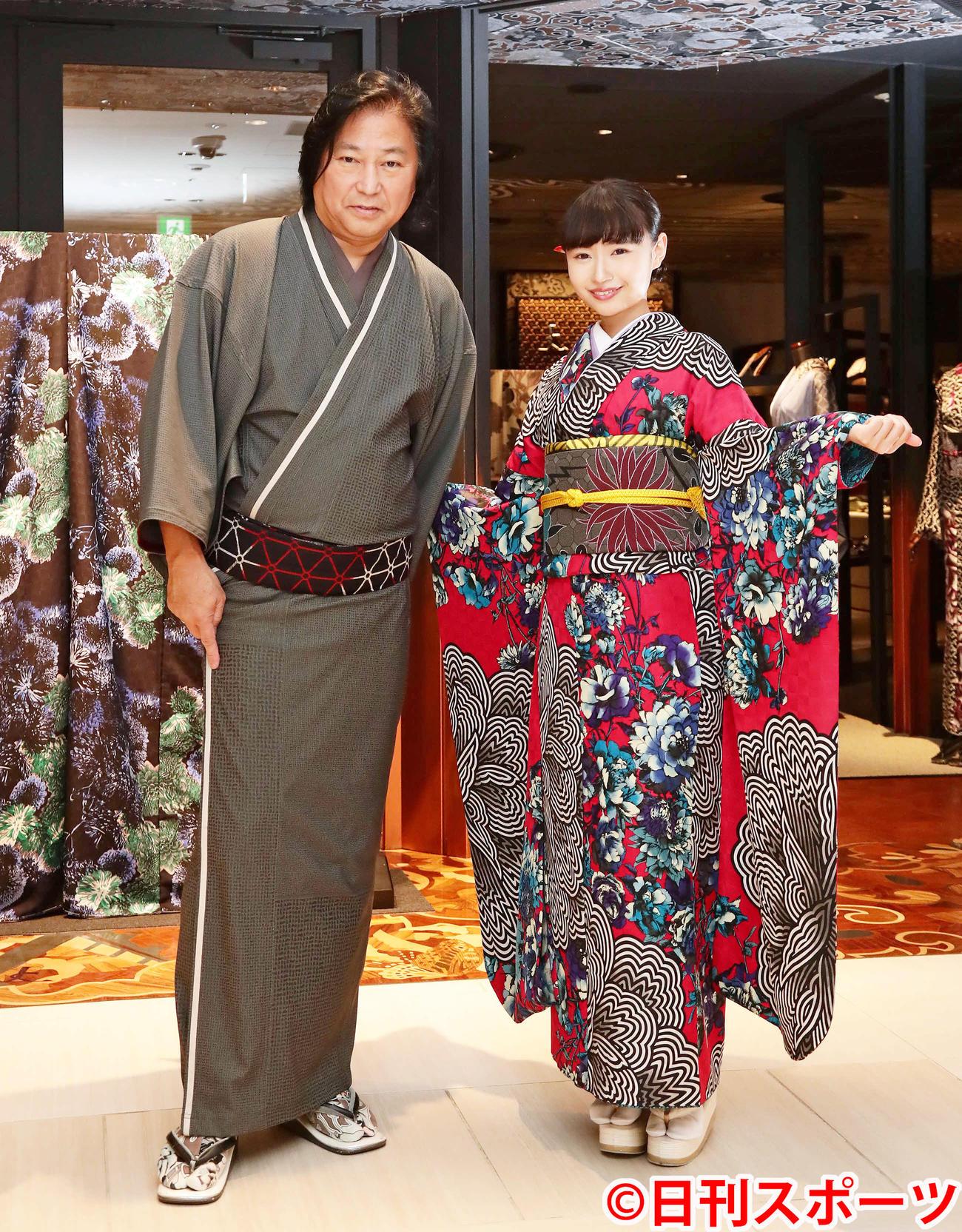 着物作家の斉藤上太郎氏(左)と写真に納まる演歌歌手の望月琉叶(撮影・丹羽敏通)