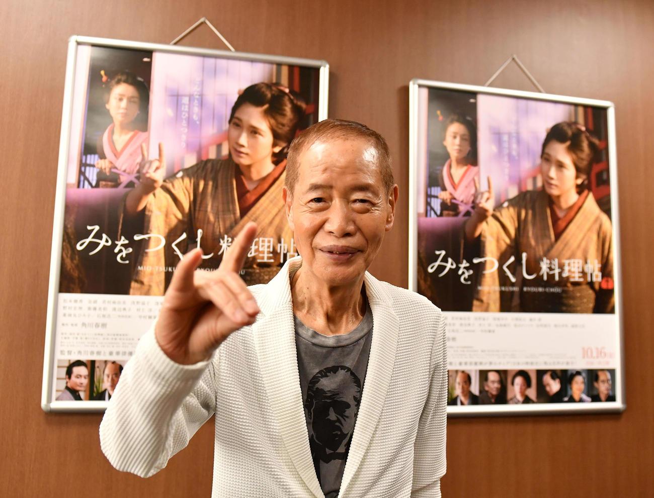 映画「みをつくし料理帖」劇中に登場するポーズを決める角川春樹監督(撮影・柴田隆二)