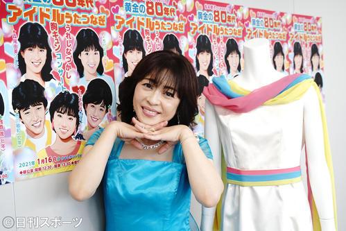 来年1月16日に開催される「松本明子presents 黄金の80年代アイドルうたつなぎ~うれしなつかし胸キュンコンサート~」を企画した松本明子。横はデビュー当時の衣装(撮影・佐藤成)