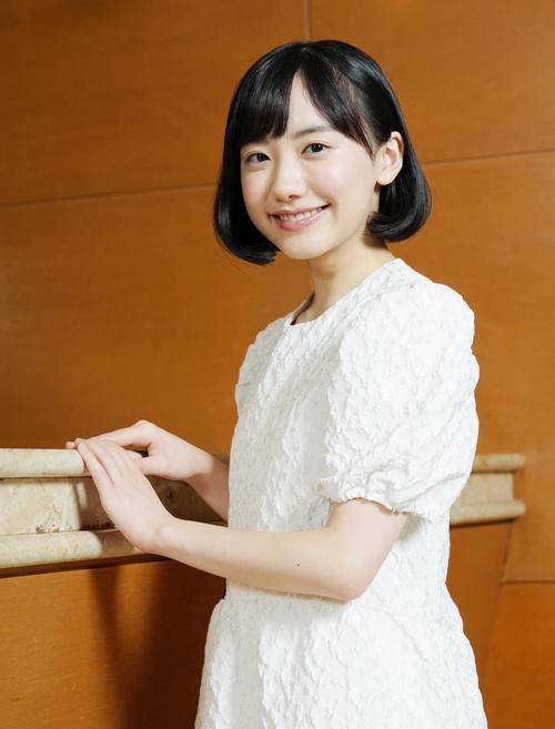 インタビューで天使のような笑顔を見せる芦田愛菜
