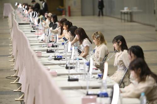 「オンラインお話し会&配信ライブ」でファンと交流するAKB48メンバー(C)AKB48