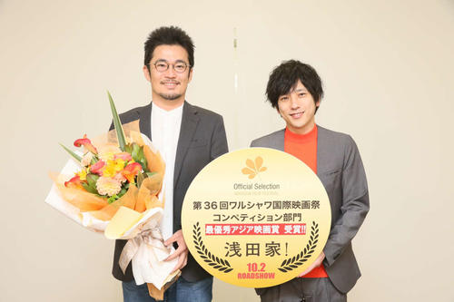 記念撮影する主演の嵐二宮和也(右)と中野量太監督