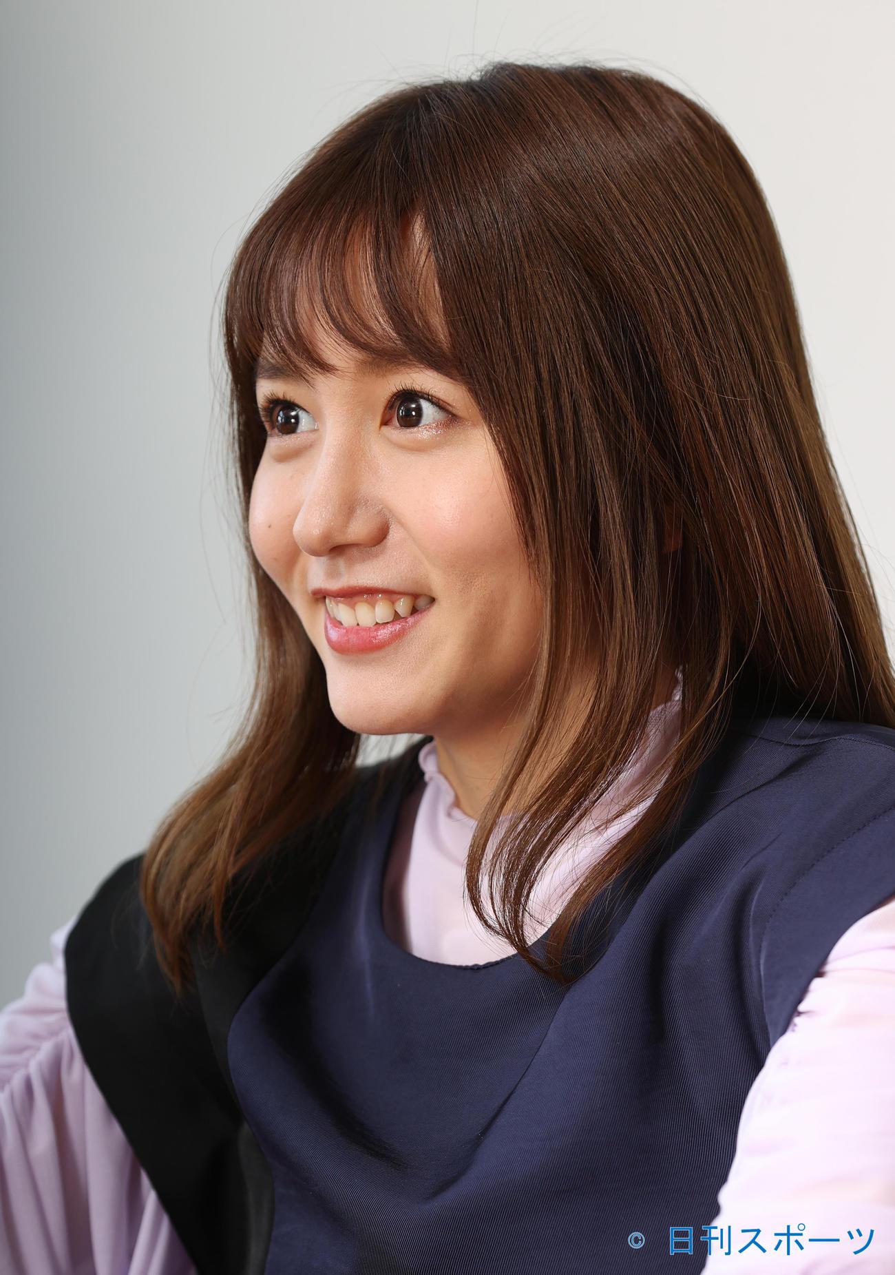 笑顔で取材に応じるSKE48の大場美奈(撮影・河野匠)