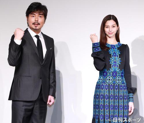 映画「水上のフライト」完成報告イベントを行う小沢征悦(左)と中条あやみ(撮影・中島郁夫)