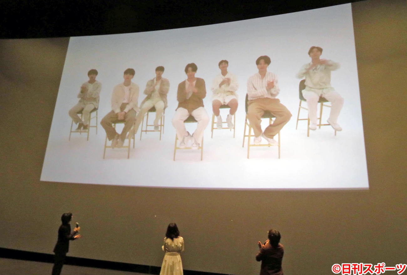 BTSが映画「きみの瞳が問いかけている」公開記念舞台あいさつに寄せたビデオメッセージを見る、左から横浜流星、吉高由里子、三木孝浩監督(撮影・村上幸将)