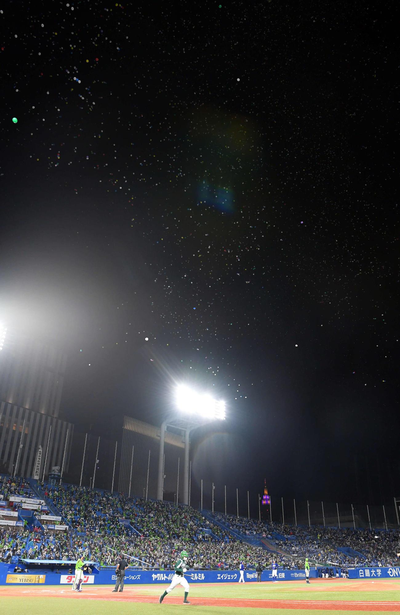 ヤクルト対中日 7回裏、国立競技場から風船が飛んでくる(撮影・たえ見朱実)
