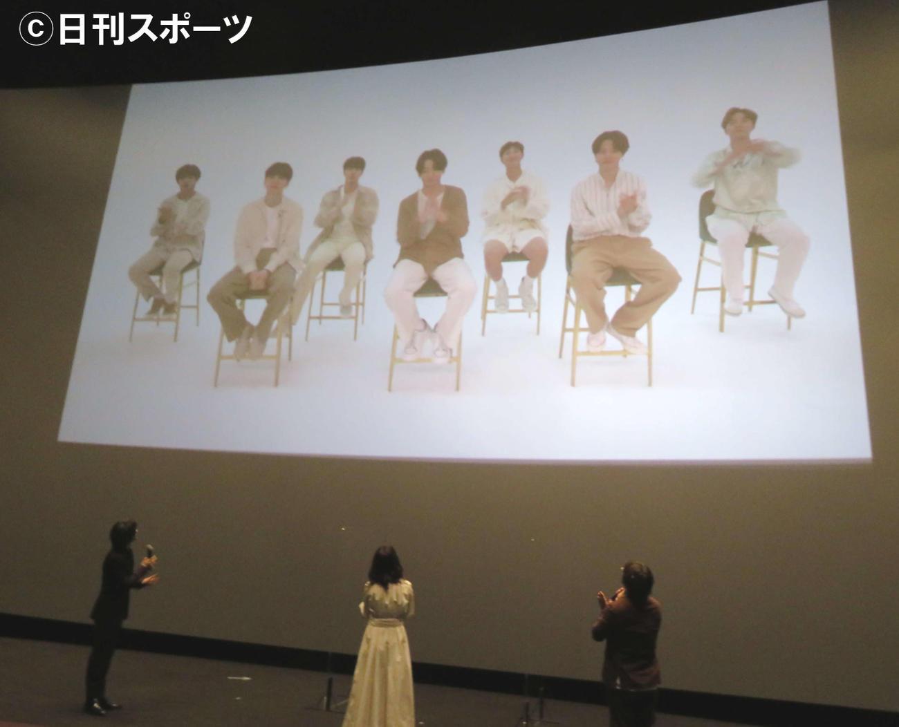 BTSのビデオメッセージを見る、左から横浜流星、吉高由里子、三木孝浩監督(撮影・村上幸将)