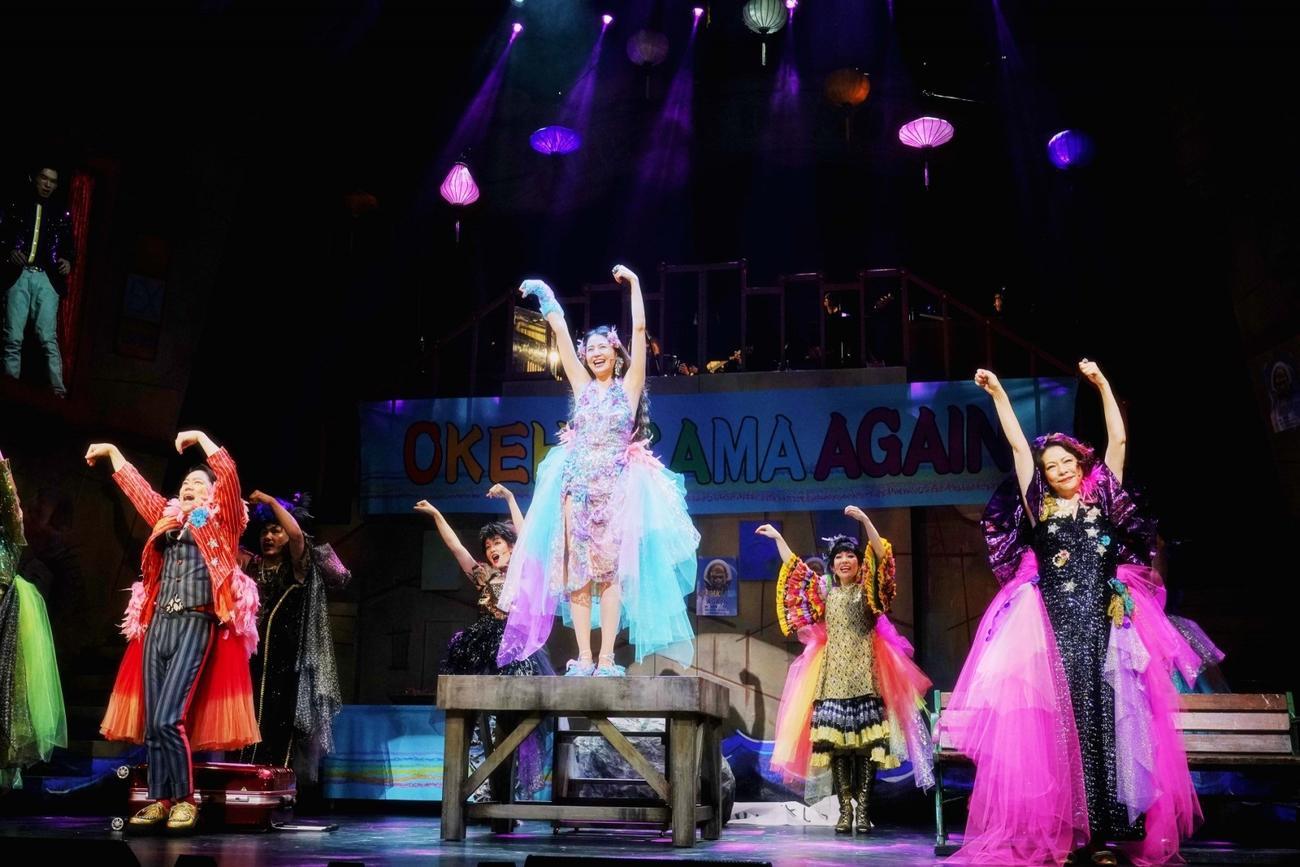 初日を迎えた舞台「フリムンシスターズ」。左から阿部サダヲ、長澤まさみ、秋山菜津子