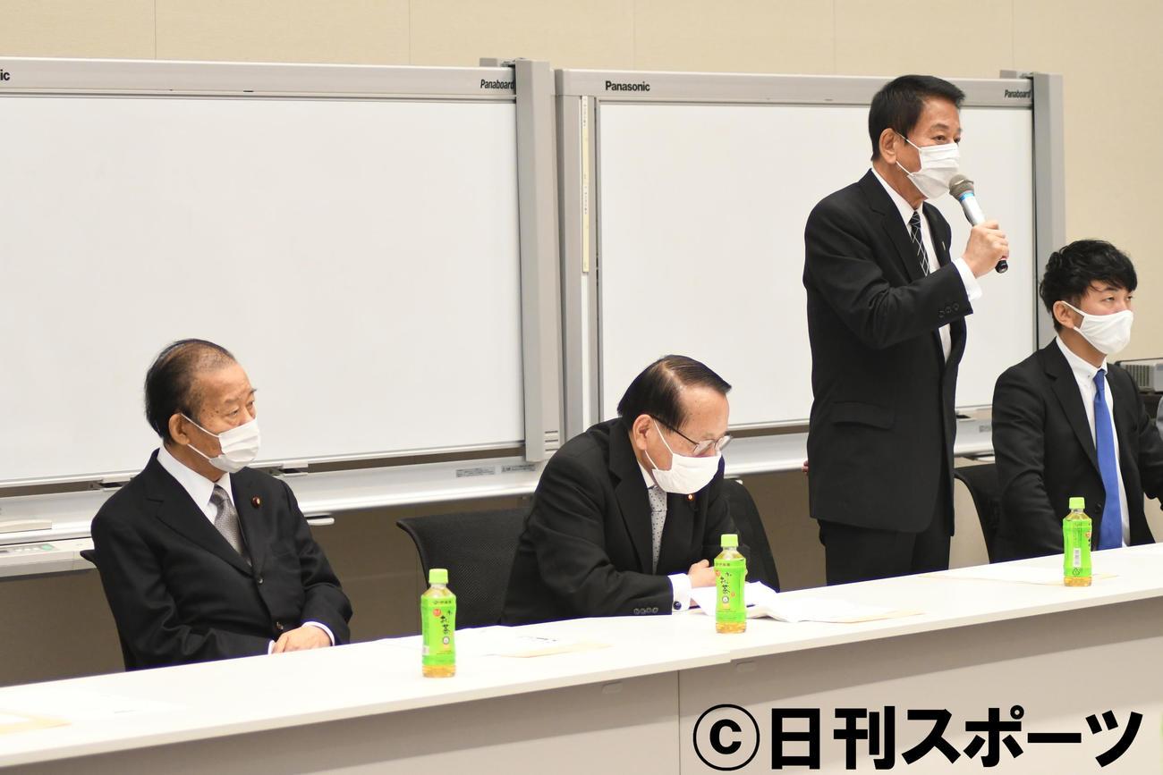 「日本国際ダンス連盟を応援する議員連盟」設立会であいさつする杉良太郎(右から2人目)。左から自民党二階俊博幹事長、平沢勝栄復興相、1人おいて神田勘太朗日本国際ダンス連盟会長(撮影・大友陽平)