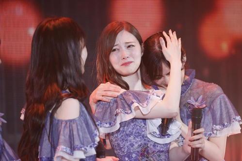 卒業コンサートでメンバーに囲まれ涙する乃木坂46白石麻衣