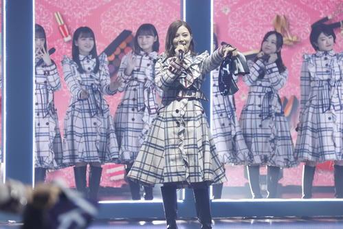 卒業コンサートでパフォーマンスする乃木坂46白石麻衣(中央)