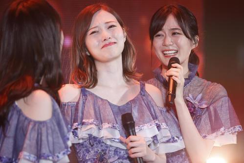 卒業ライブで涙する白石麻衣(中央)。右は生田絵梨花