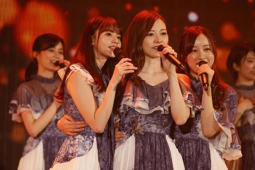 卒業ライブで歌う白石麻衣(中央)。左は齋藤飛鳥、右は星野みなみ
