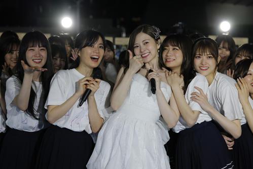 卒業ライブで笑顔を見せる白石麻衣(中央)。左から高山一実、生田絵梨花、1人おいて秋元真夏、松村沙友理