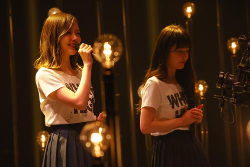 卒業ライブで「渋谷ブルース」を歌う白石麻衣(左)と高山一実