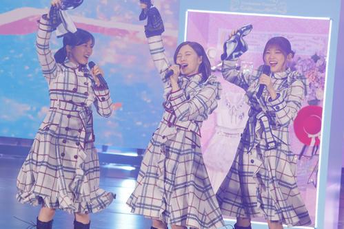 「オフショアガール」を歌う白石(中央)。左は生田絵梨花、右は松村沙友理
