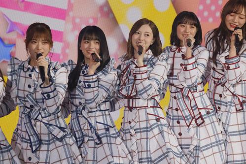 「おいでシャンプー」白石麻衣(中央)、左から松村沙友理、大園桃子、1人おいて遠藤さくら、梅澤美波