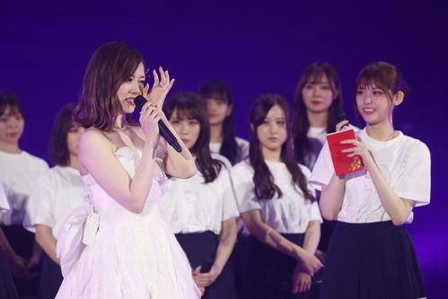 卒業コンサートで松村沙友理(右)から手紙を贈られ感極まる乃木坂46白石麻衣