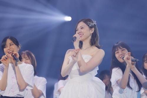 卒業コンサートでドレス姿を披露し笑顔の乃木坂46白石麻衣