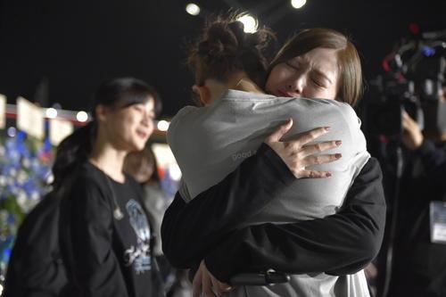 松村沙友理(手前)と抱き合って涙する白石麻衣