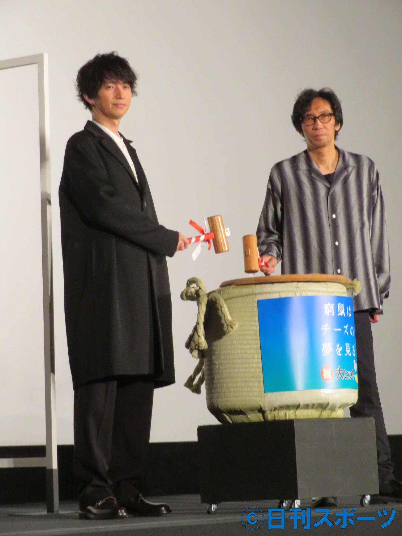 「窮鼠はチーズの夢を見る」大ヒット記念舞台あいさつに登壇した大倉忠義(左)と行定勲監督(撮影・村上幸将)
