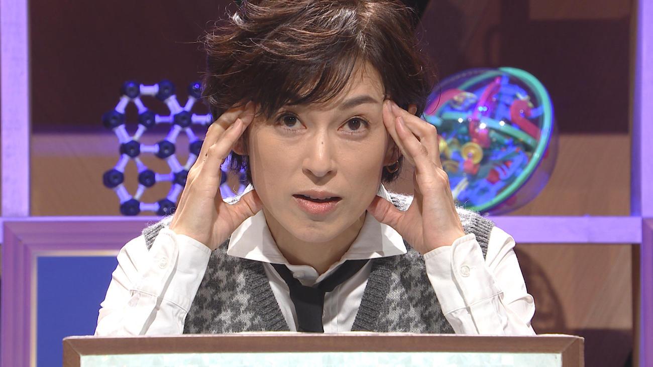「クイズ!あなたは小学5年生より賢いの?」で熟考する鈴木保奈美。全問正解し、300万円を獲得