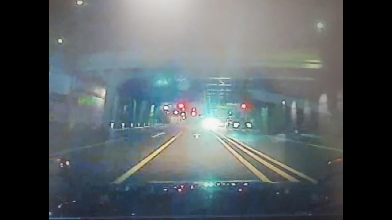 事故発生後に逃走する伊藤健太郎の車両(画面右)を映した、対向車線を走るタクシーのドライブレコーダーの映像