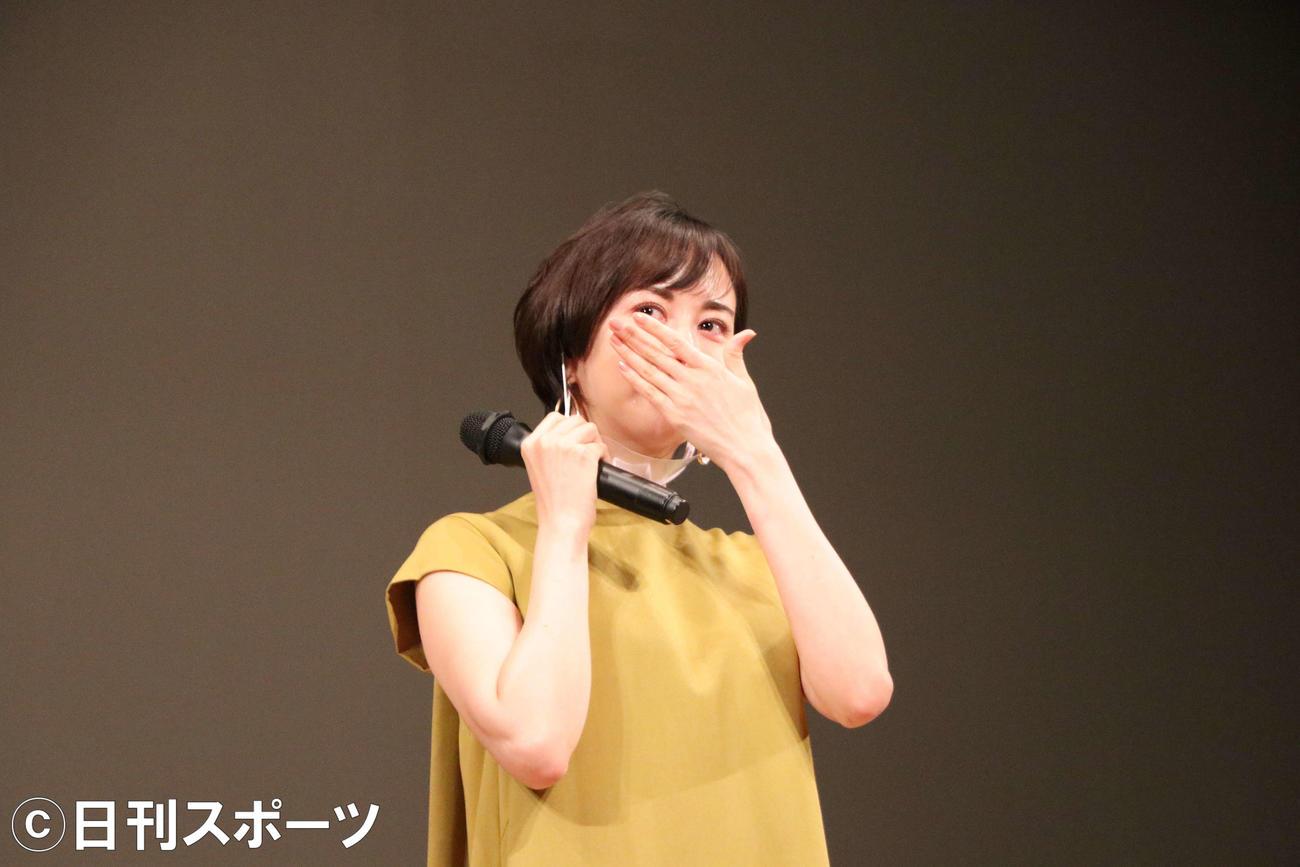 亡くなった佐々部清さんについて語り涙を流す比嘉愛未(撮影・南谷竜則)=2020年10月31日、川内文化ホール