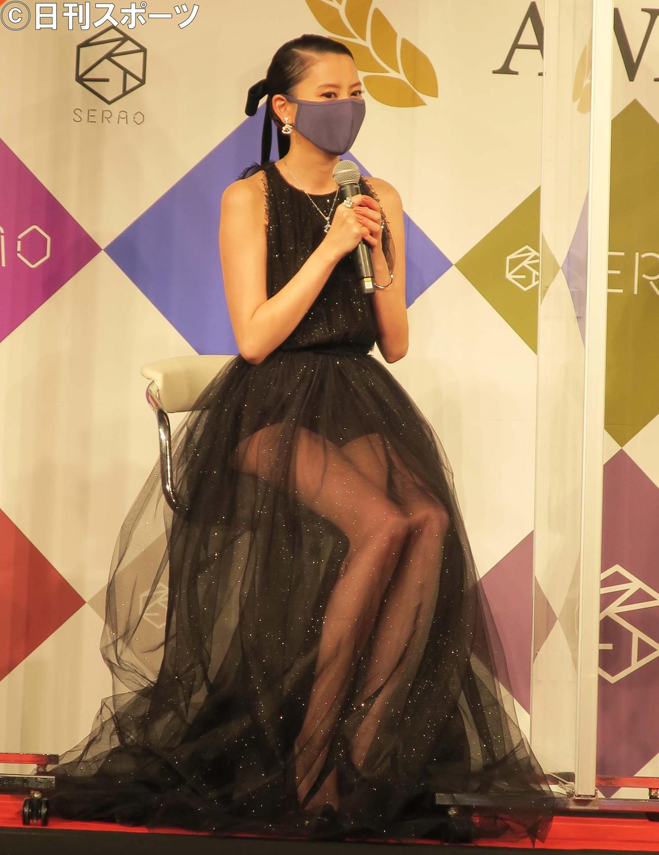 「ベストマスクニストアワード2020」に選ばれ、シースルードレスで登壇した河北麻友子