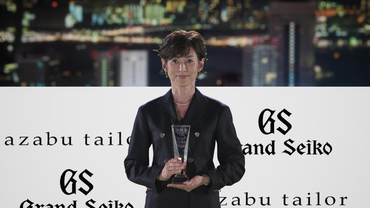 「スーツ オブ ザ イヤー(SUIT OF THE YEAR)」を、日本人女性として初受賞した鈴木保奈美
