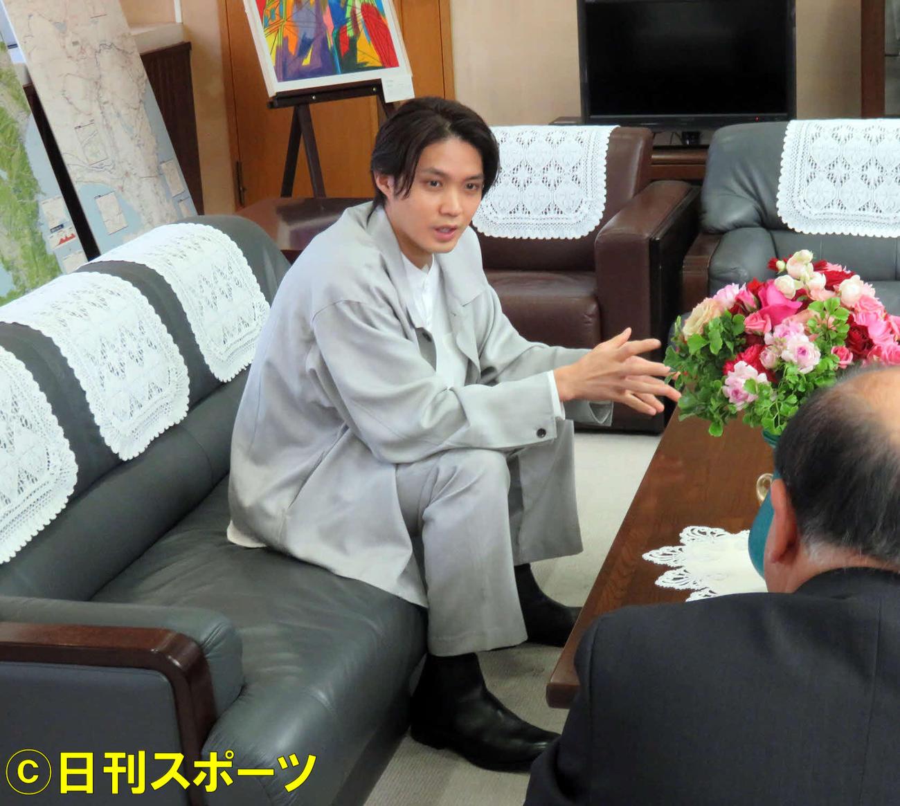 磯村勇斗(左)は静岡県庁を訪れ、出野勉副知事に花への思いを語る