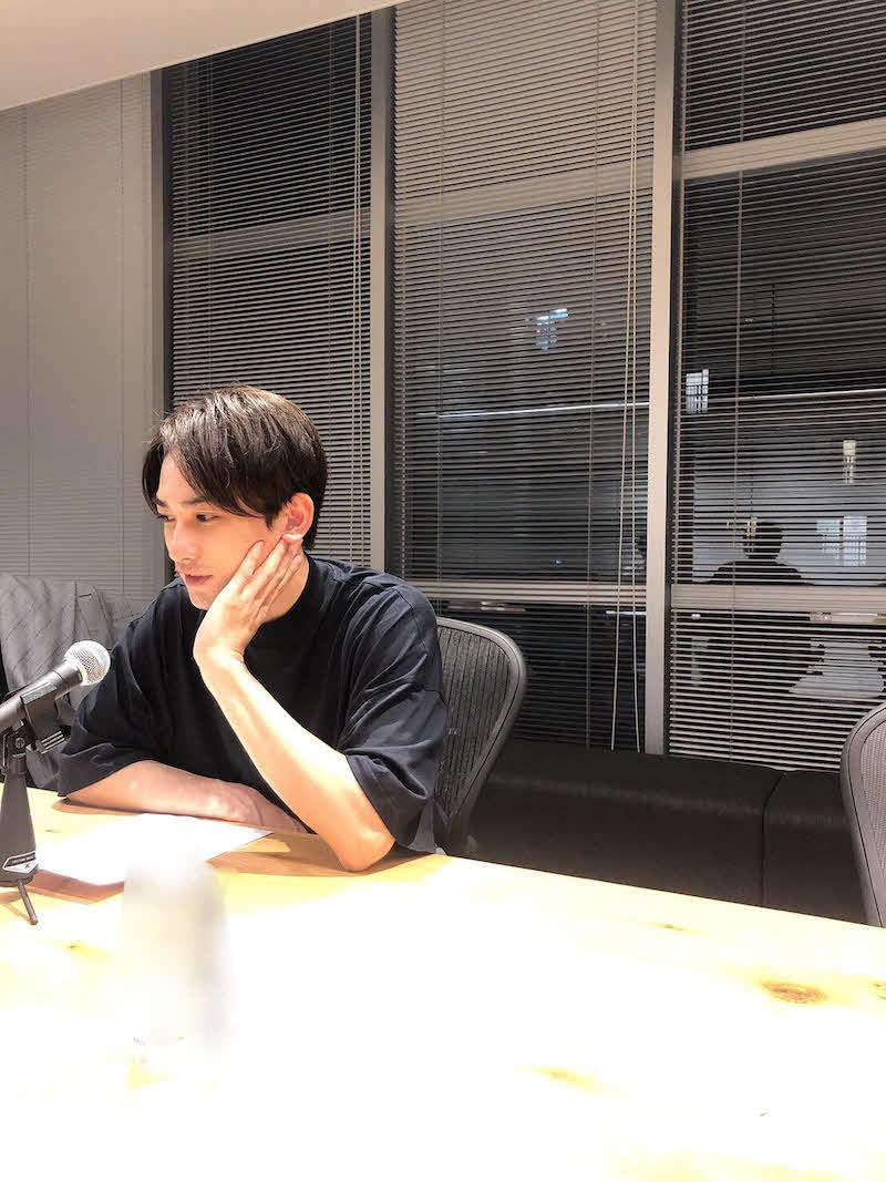 ラジオでのオフショットを公開した町田啓太