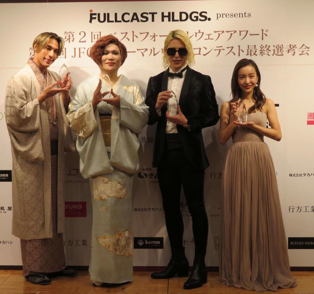 第2回ベストフォーマルアワード授賞式に出席した、左から當間ローズ、IKKO、ROLAND、板野友美(撮影・村上幸将)