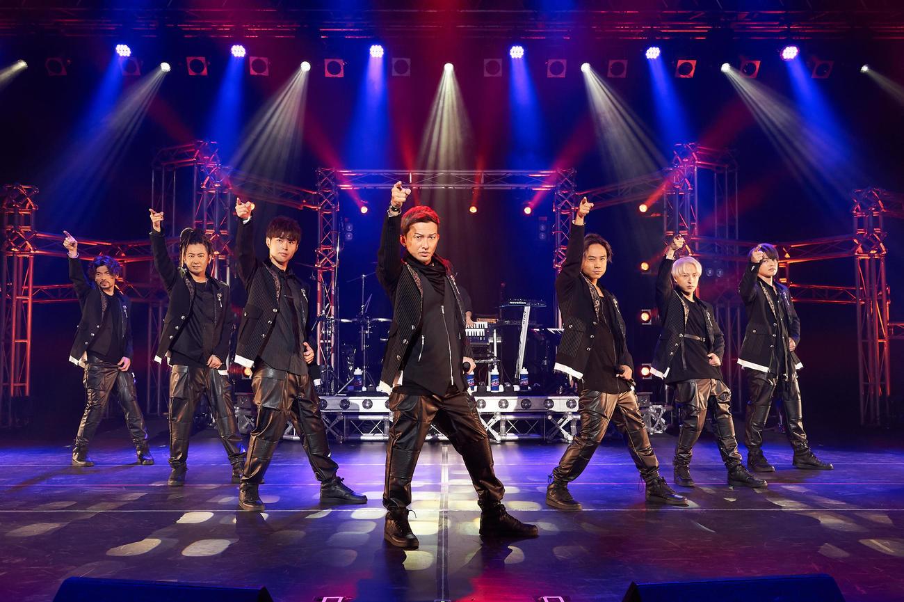 初のオンラインライブを行ったDA PUMP。左からU-YEAH、TOMO、YORI、ISSA、KIMI、DAICHI、KENZO
