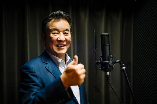 ボーカルトレーニングに励む加山雄三