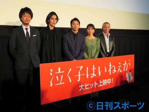 映画「泣く子はいねぇが」公開舞台あいさつに出席した、左から佐藤快磨監督、寛一郎、仲野太賀、吉岡里帆、柳葉敏郎