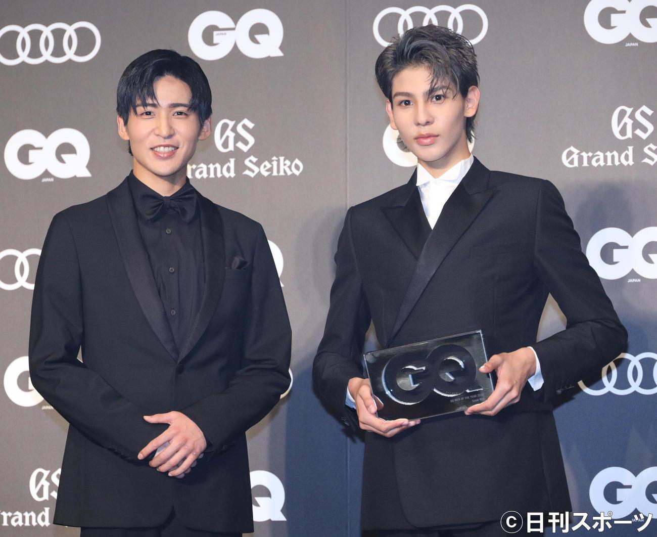「GQ MEN OF THE YEAR 2020」で表彰されたSnow Manの目黒蓮(左)とラウール(撮影・中島郁夫)