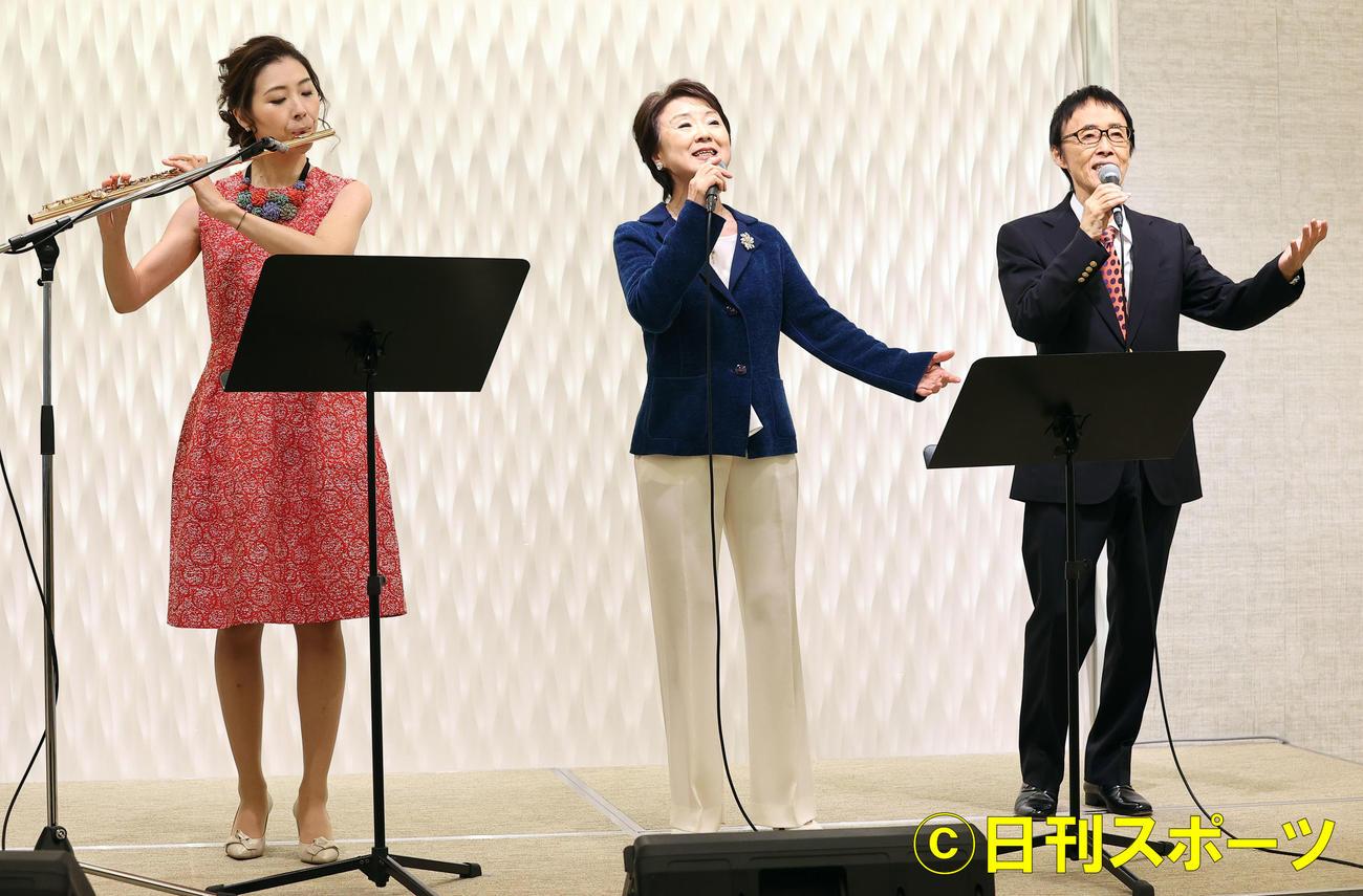 新曲発表会で歌を披露するダ・カーポの、左から榊原麻理子、榊原広子、榊原まさとし(撮影・浅見桂子)
