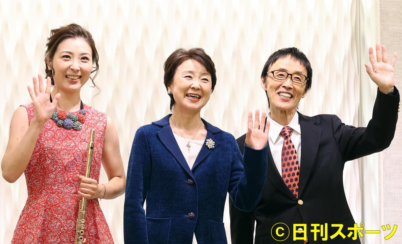 新曲発表会で笑顔で手を振るダ・カーポの、左から榊原麻理子、榊原広子、榊原まさとし(撮影・浅見桂子)