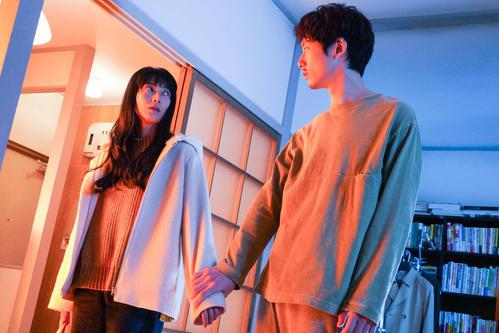 「35歳の少女」に出演している柴咲コウ(左)と坂口健太郎(右)