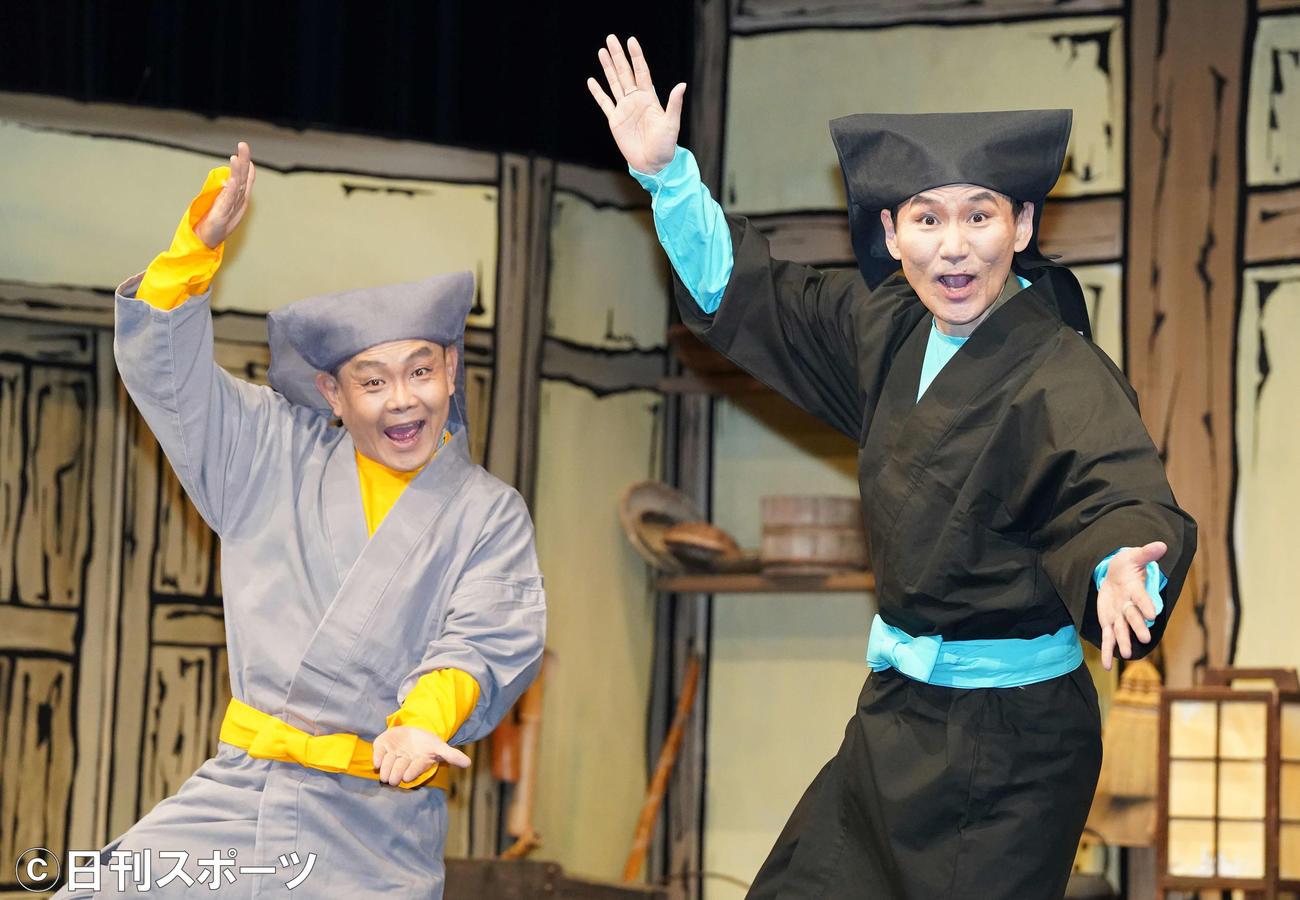 舞台「あんまと泥棒」の囲み取材でポーズを決める南原清隆(右)と近藤芳正(撮影・江口和貴)