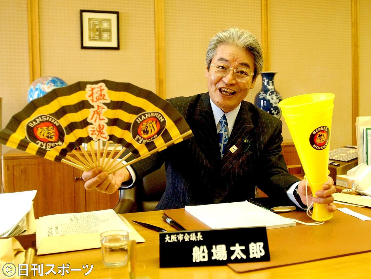阪神タイガース愛を語った市議時代の船場太郎さん(2003年8月11日撮影)