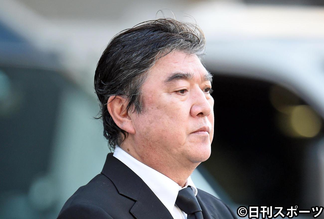 釈放され謝罪する演歌歌手の小金沢昇司(撮影・横山健太)