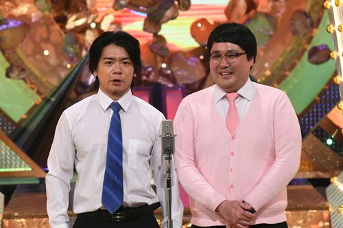 M-1グランプリ2020決勝で漫才を披露する「マヂカルラブリー」の野田クリスタル(左)と村上(C)M-1グランプリ事務局
