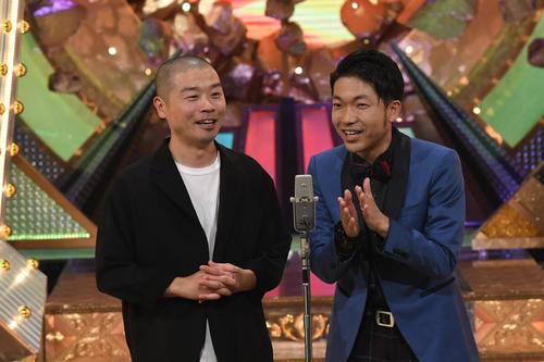 M-1グランプリ2020決勝で漫才を披露する「アキナ」の山名文和(左)と秋山賢太(C)M-1グランプリ事務局