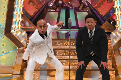 M-1グランプリ2020決勝で漫才を披露する「錦鯉」の長谷川雅紀(左)と渡辺隆(C)M-1グランプリ事務局