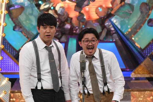 M-1グランプリ2020決勝で漫才を披露する「オズワルド」の畠中悠(左)と伊藤俊介(C)M-1グランプリ事務局