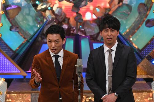 M-1グランプリ2020決勝で漫才を披露する「ニューヨーク」の嶋佐和也(左)と屋敷裕政(C)M-1グランプリ事務局